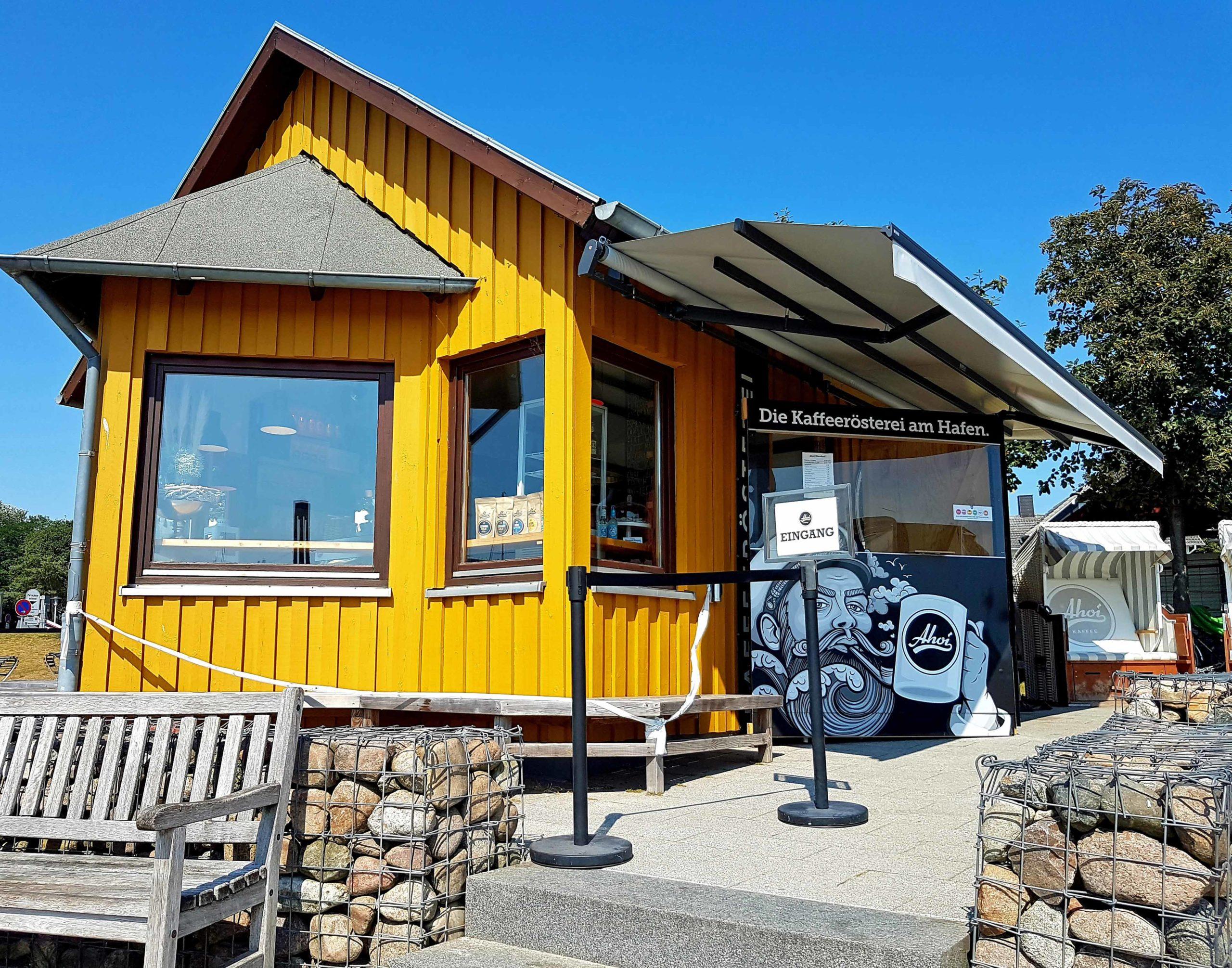 Niendorf gelbes Haus mit Kaffeerösterei