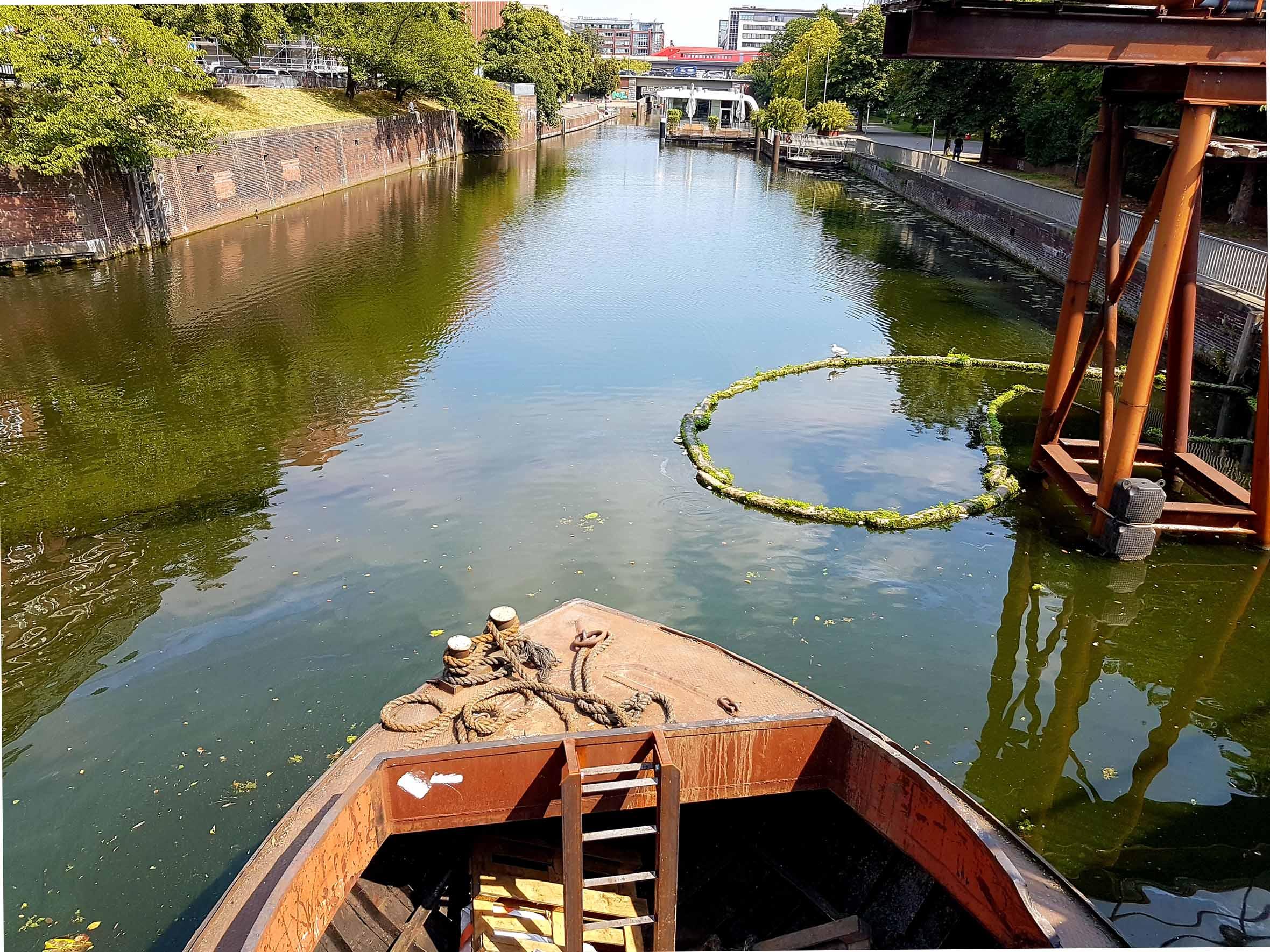 Hamburg Innenstadt Boot im Kanal